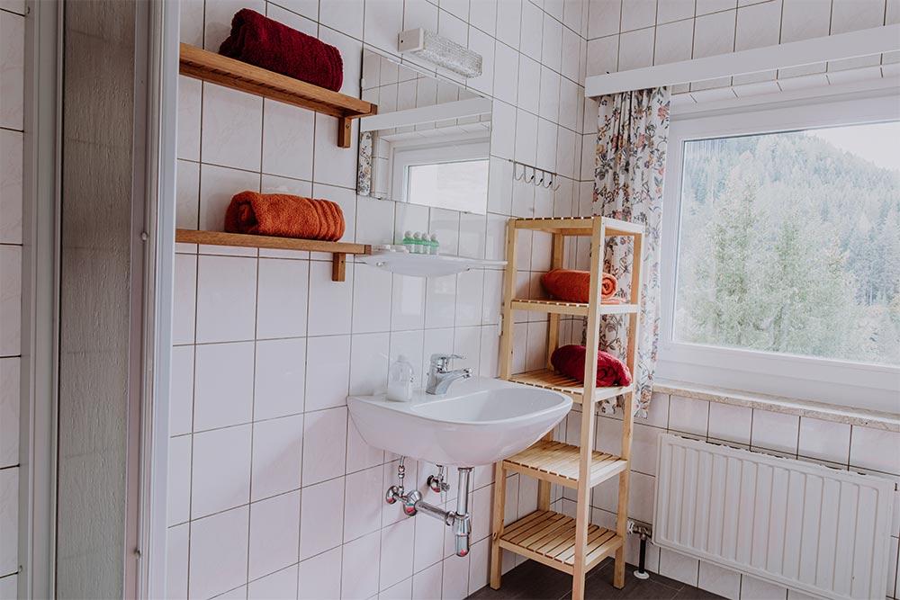 Bad mit Dusche Jugendpension Sonnegg in Saalbach
